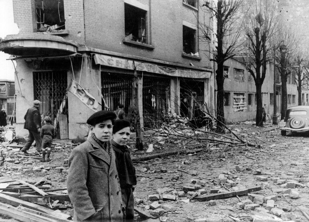 1942. После налёта британских ВВС на Париж, местные жители пытаются найти в разрушенных зданиях свои вещи, 4 марта