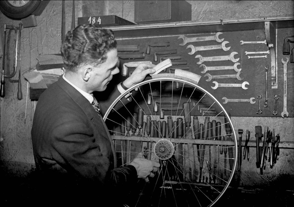 1942. Ремесленник демонстрирует колесо с деревянным ободом во время дефицита поставок