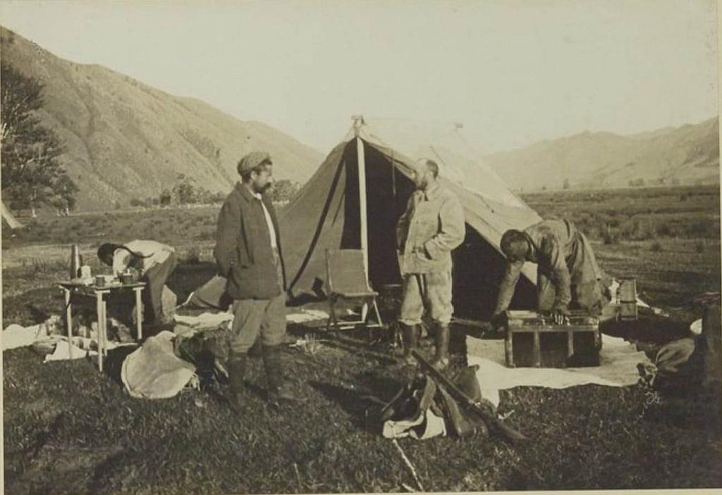 16. Забиха и Доктор перед палаткой (Бусин-Гол), 4 августа