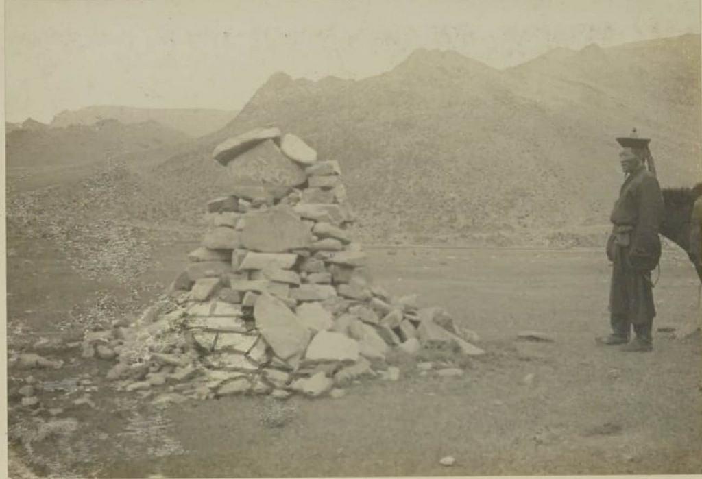 24. Наш проводник-лама перед «обо» из камней, 25 августа