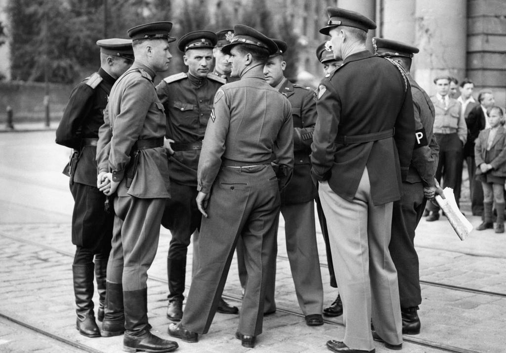 1948. Американские и советские офицеры обсуждают положение американского и советского секторов возле Потсдамской площади.