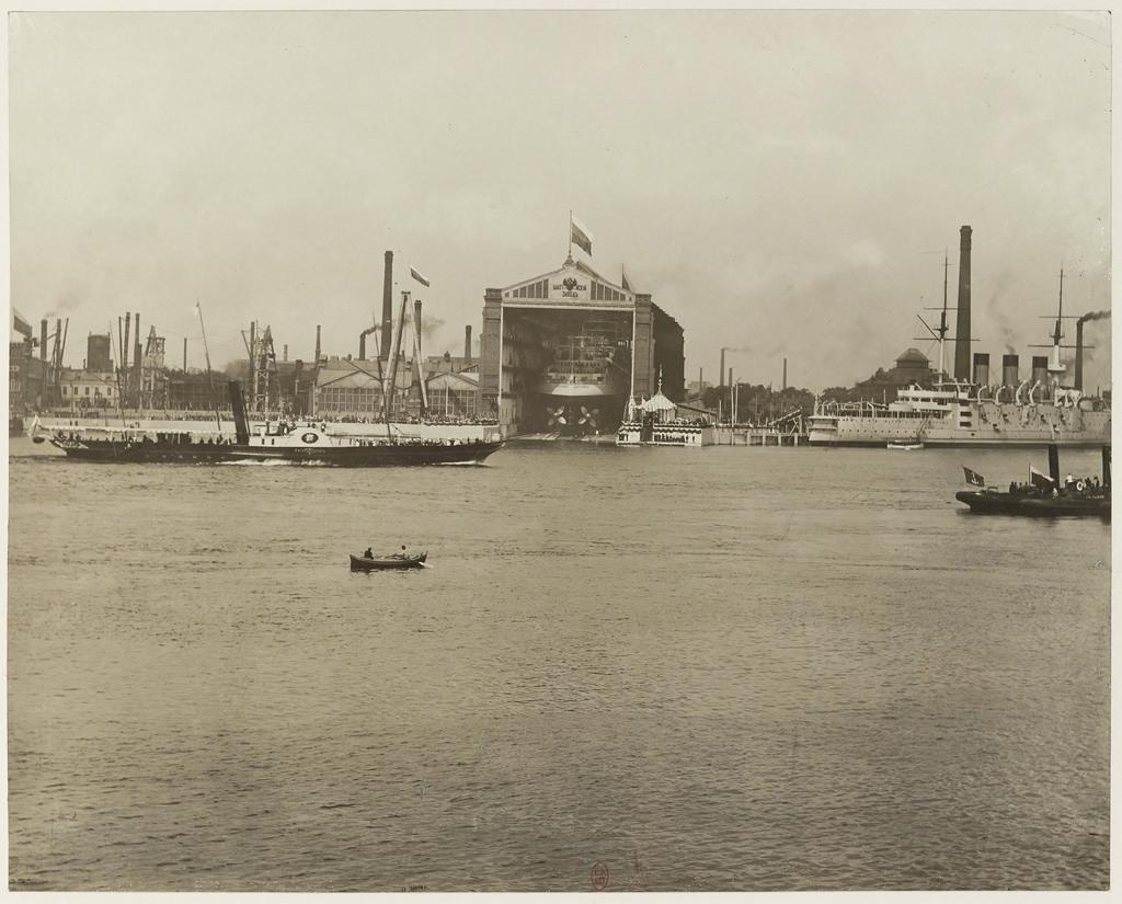 Спуск эскадренного броненосца _Император Александр III_ со стапеля Балтийского завода. 1901