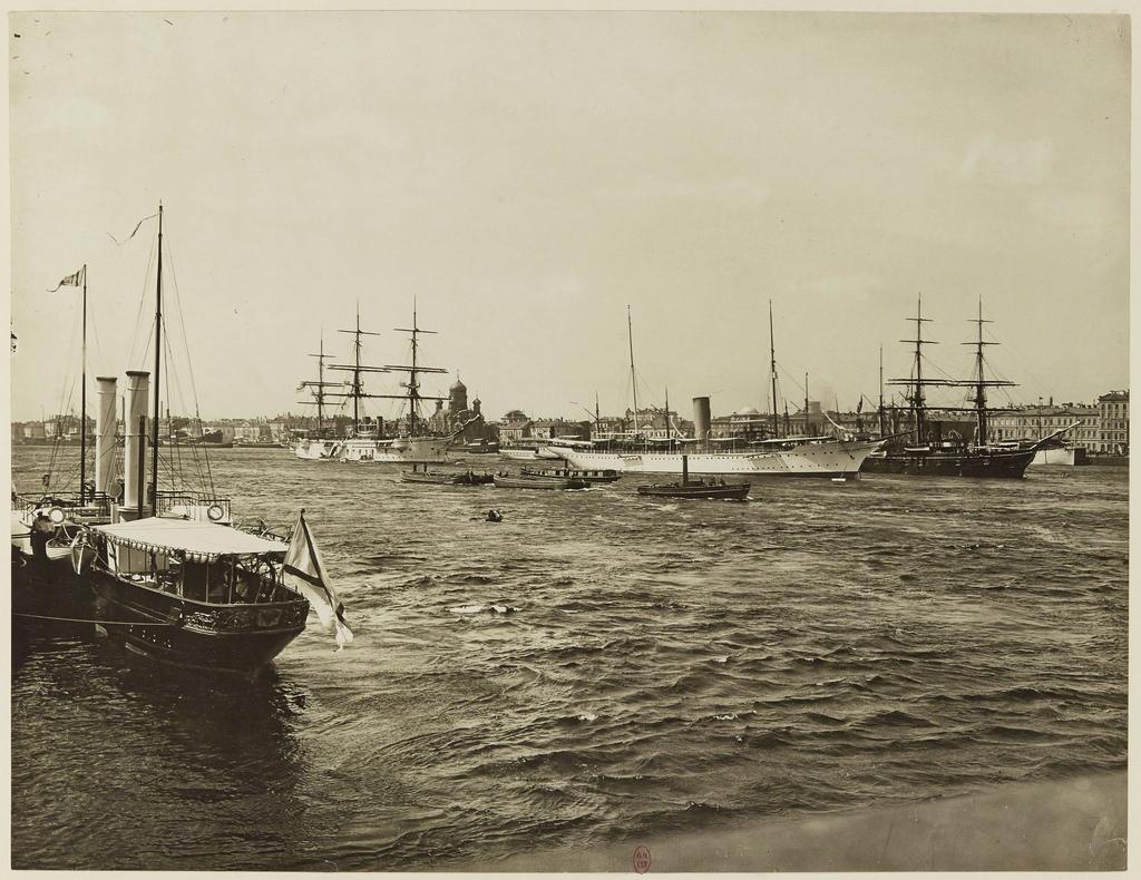 Учебное судно имперского флота «Шарлотта» на реке Неве (белый корабль на заднем плане) и роскошный корабль «Маргарет» богатого американца
