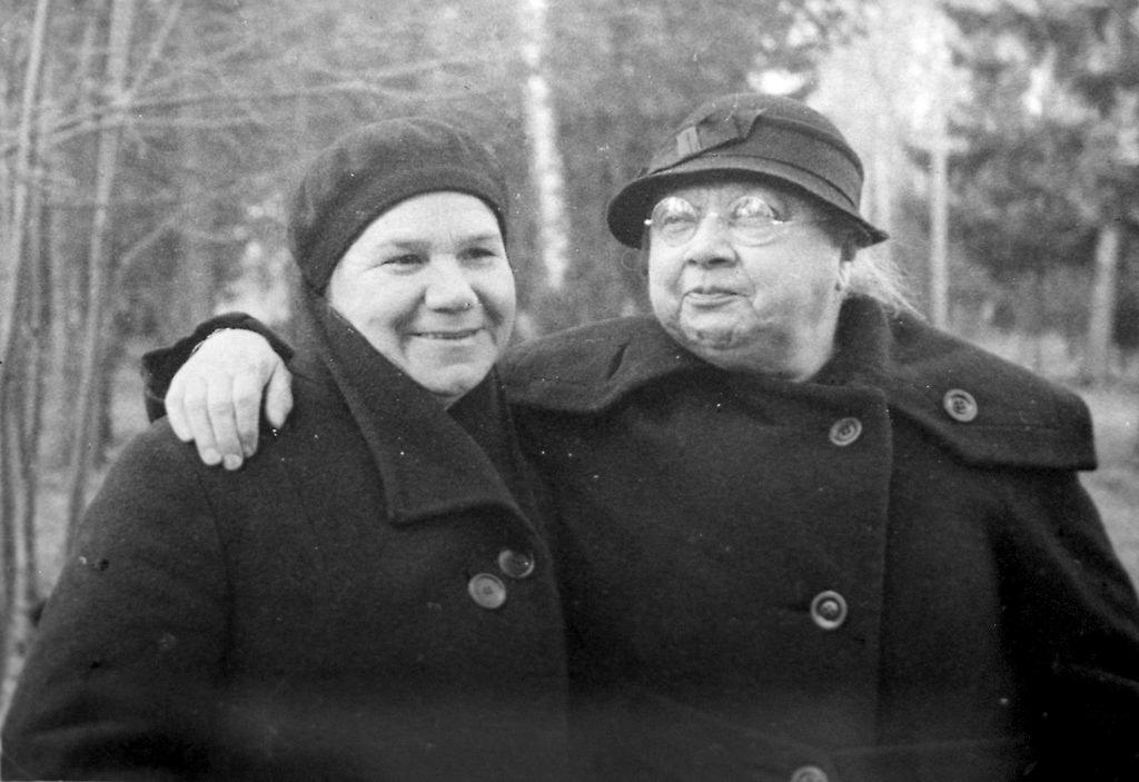 1936. Надежда Крупская с подругой Клавдией Николаевой