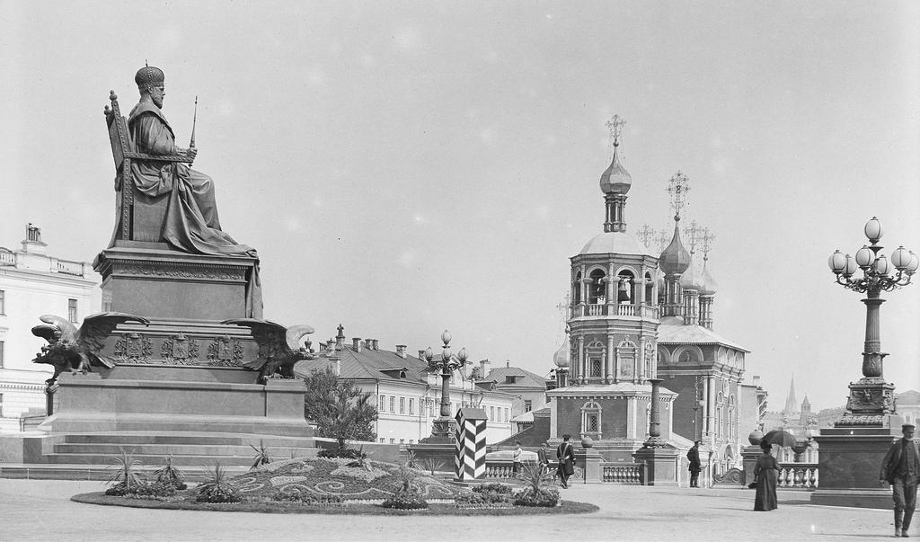 Памятник Александру III и церковь Похвалы Пресвятой Богородицы