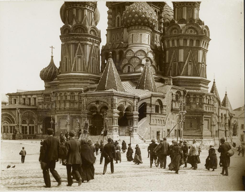 Перед собором Василия Блаженного