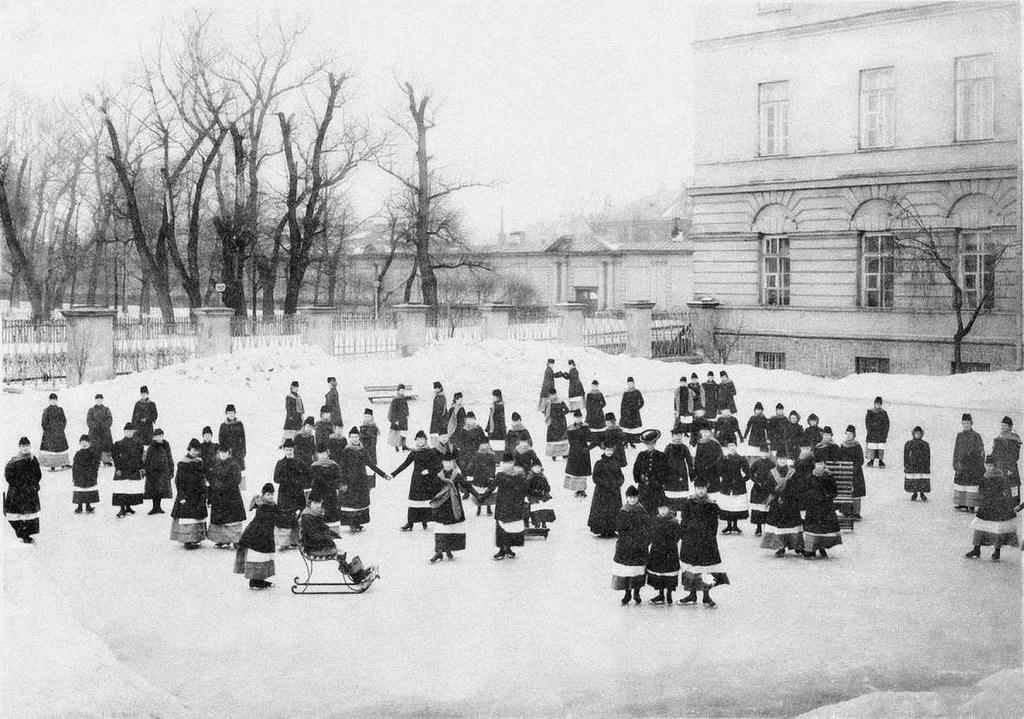 Воспитанницы Смольного института благородных девиц на зимней прогулке, ок. 1913