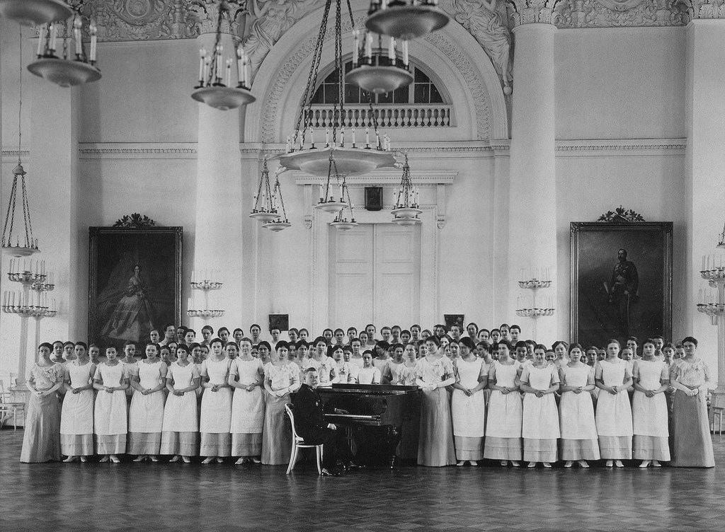 Воспитанницы Смольного института благородных девиц на музыкальном уроке, c. 1913