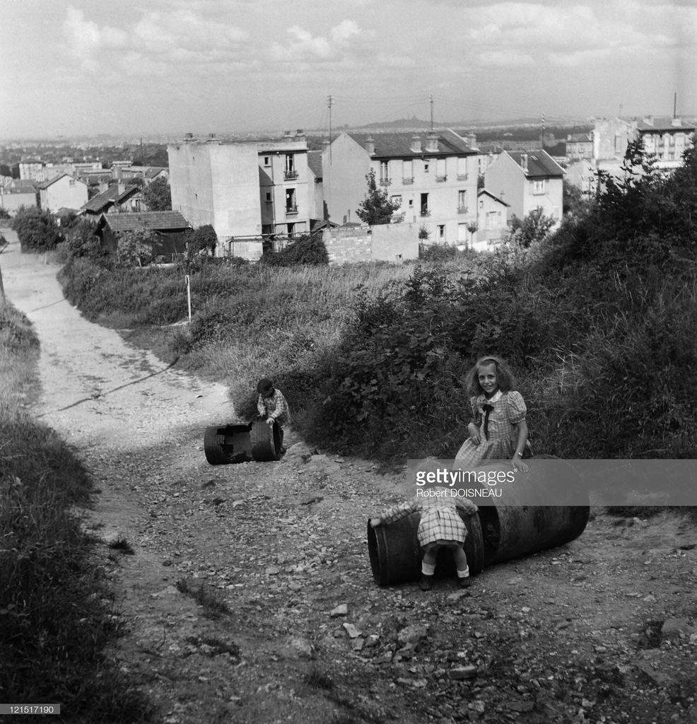 1945. Нантер, Дети с бочками