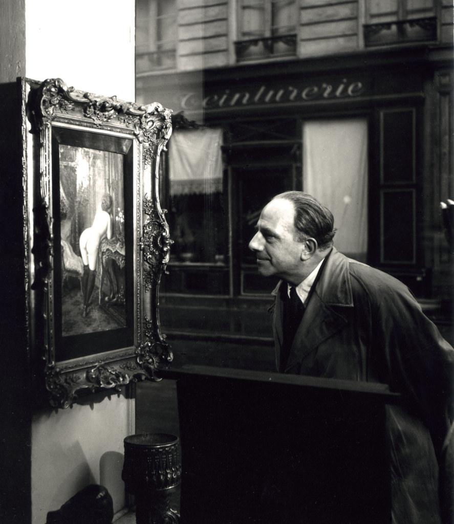1948. Человек смотрит на картину с изображением обнаженной женщины. Париж