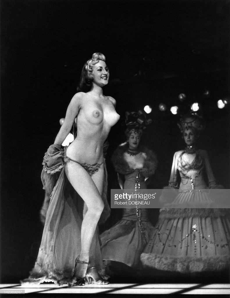 1956. Англия. Танцовщица топлес в варьете. Лондон