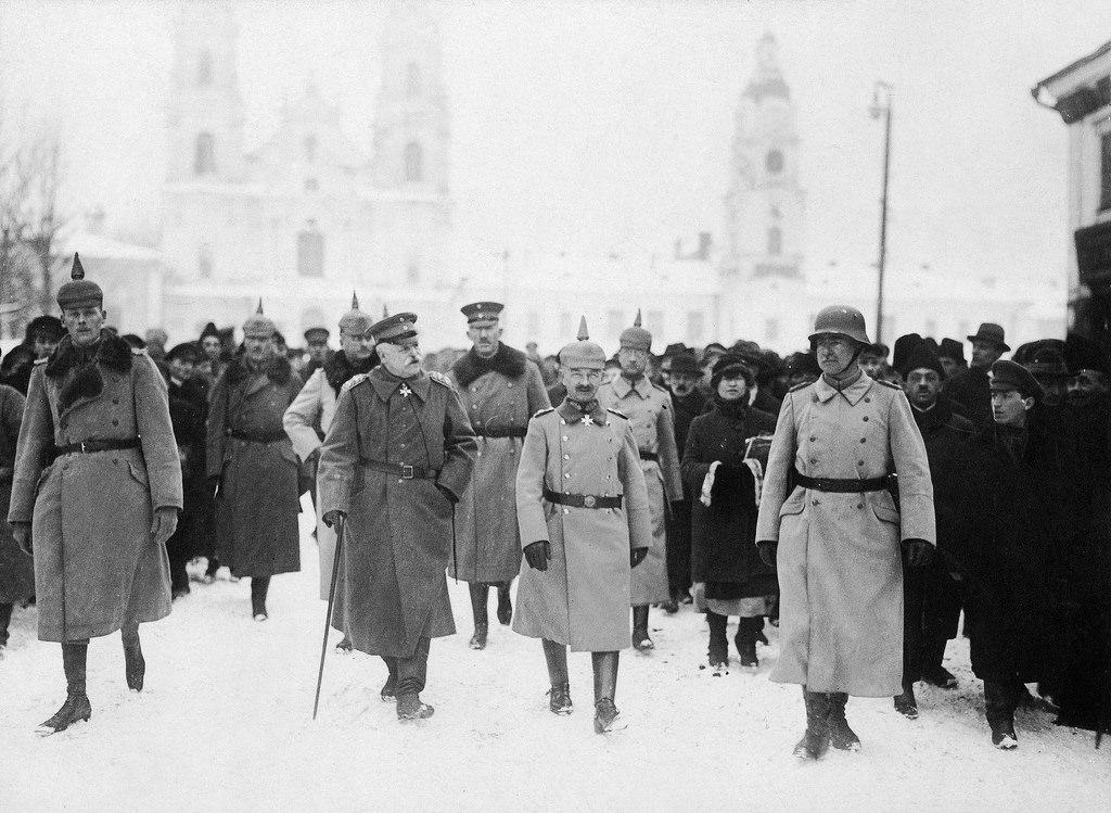 Генерал-фельдмаршал Герман фон Эйхгорн (слева) с генералом Фердинандом фон Бредовым (справа). Январь