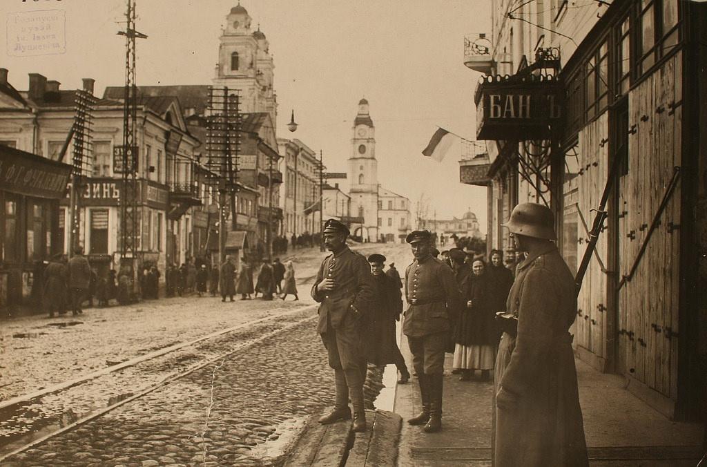 Солдаты на Губернаторской улице