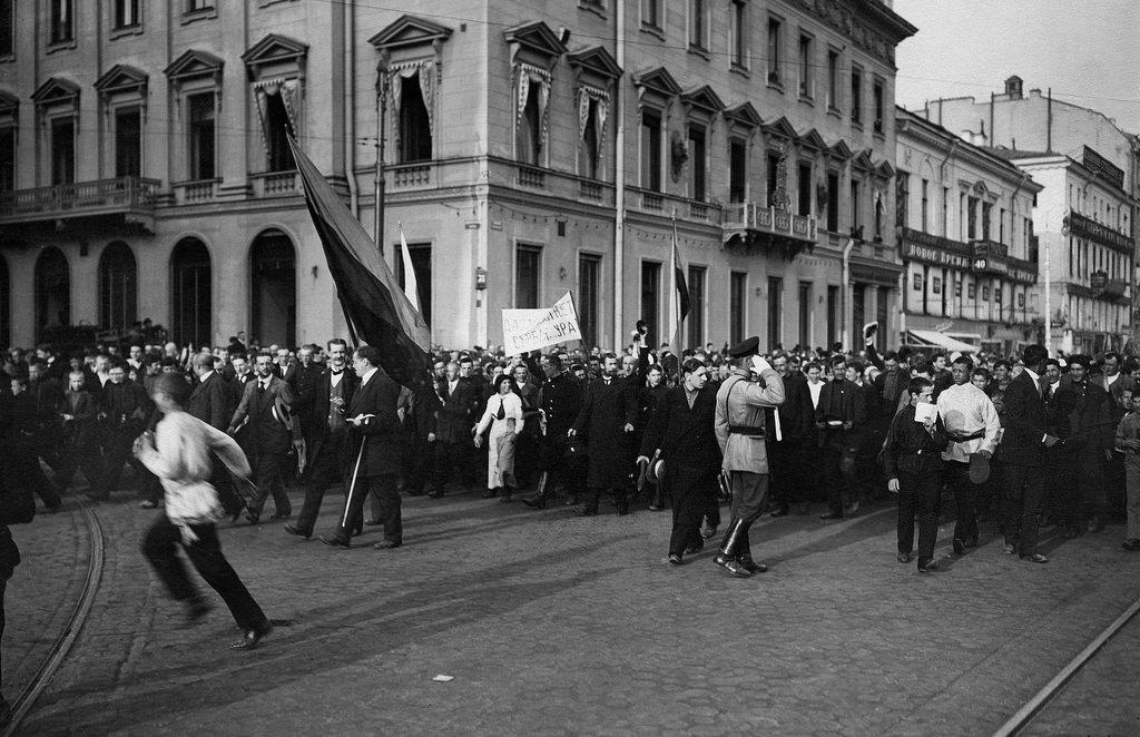 Участники манифестации по случаю отклонения Сербией ультиматума Австро-Венгрии на углу Невского проспекта и Михайловской улицы