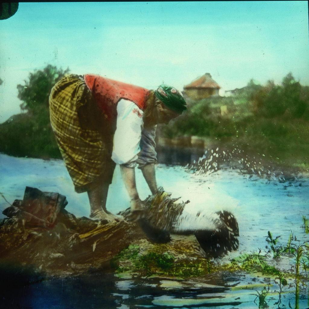 Крестьянка стирает бельё