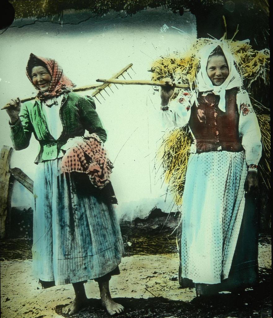 Крестьянки позируют фотографу