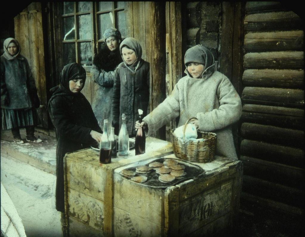 Девочка продает блины на станции