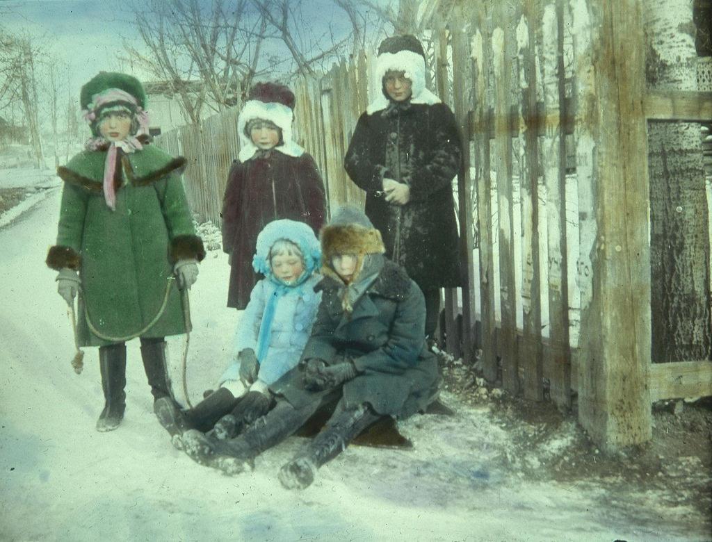 Дети в зимней одежде