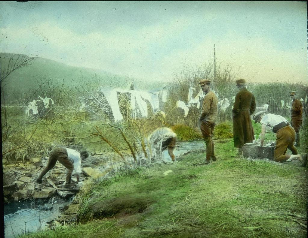 Чешские солдаты моют одежду в ручье в Сибири