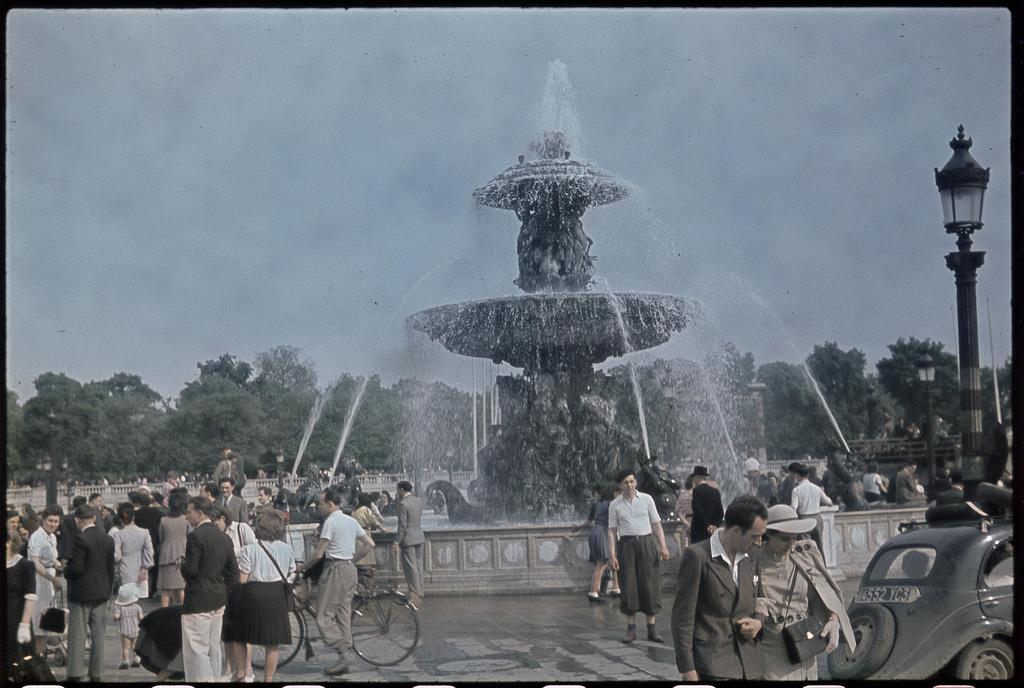 Вновь заработавшие фонтаны Елисейских полей