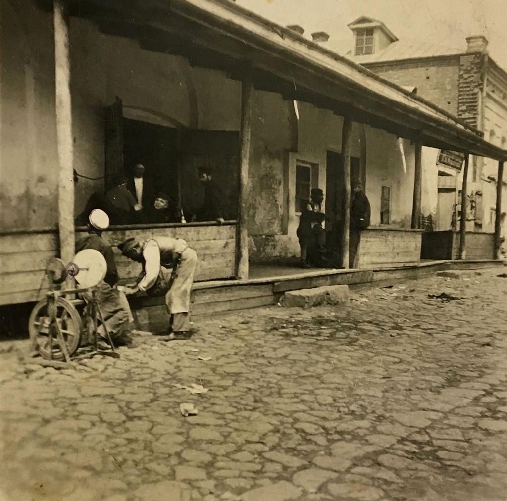 Отдых у питейного заведения.1900-е