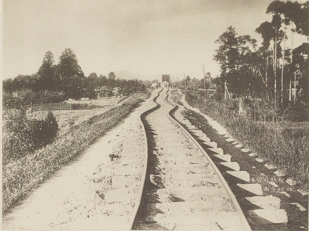 Скрученные рельсы железной дороги