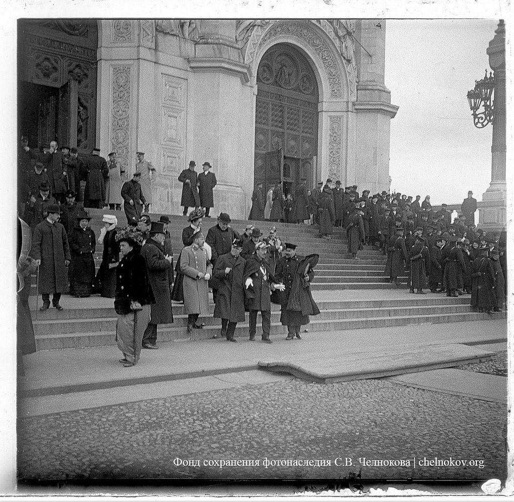 Делегация во главе с городским головою Н.И. Гучковым спускается по ступенькам Храма Христа Спасителя. 1909.
