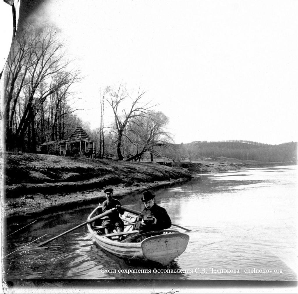 Воробьевы горы. В лодке с фотоаппаратом Н.П.Сырейщиков. Весна 1900-е