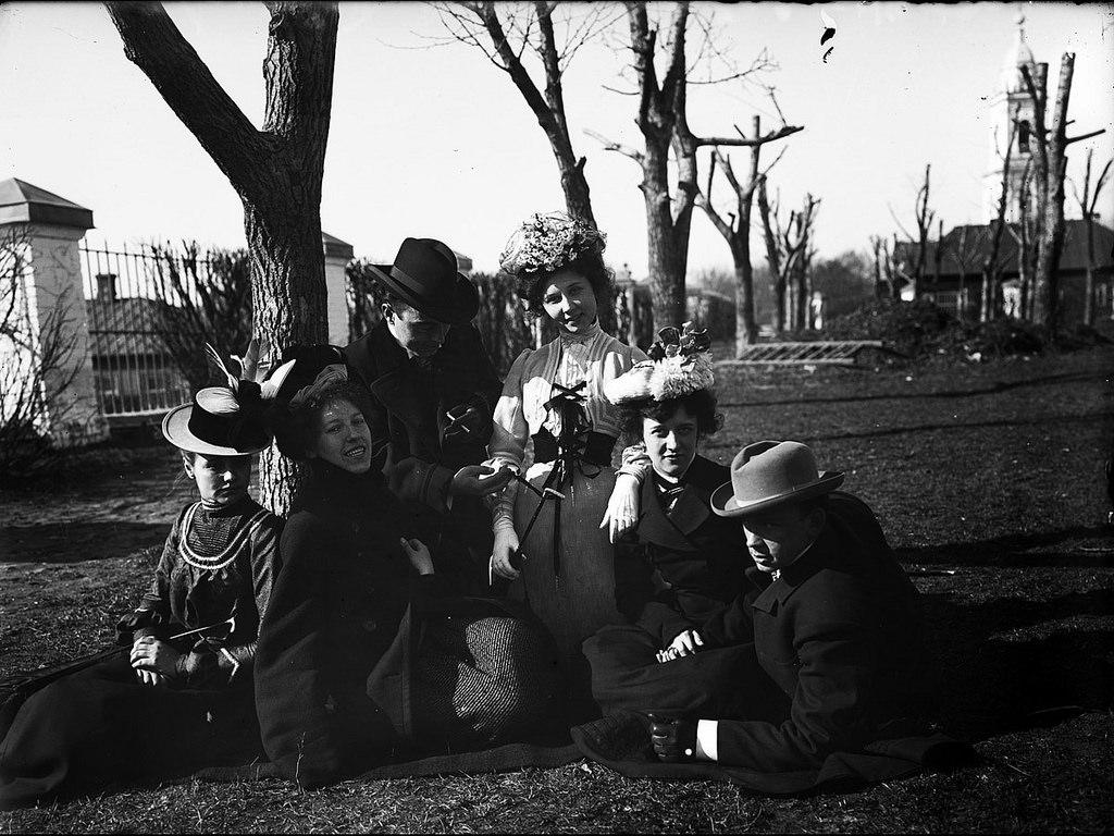 Михаил Иванович Комаров с выпускниками Музыкально-драматического училища во дворе церкви Введения близ Новинского вала. Около 1901.