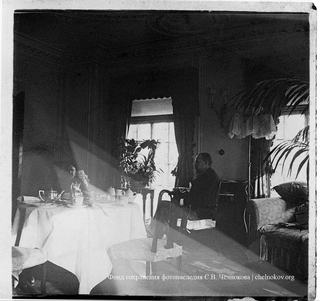 Мужчины за чаем в гостиной
