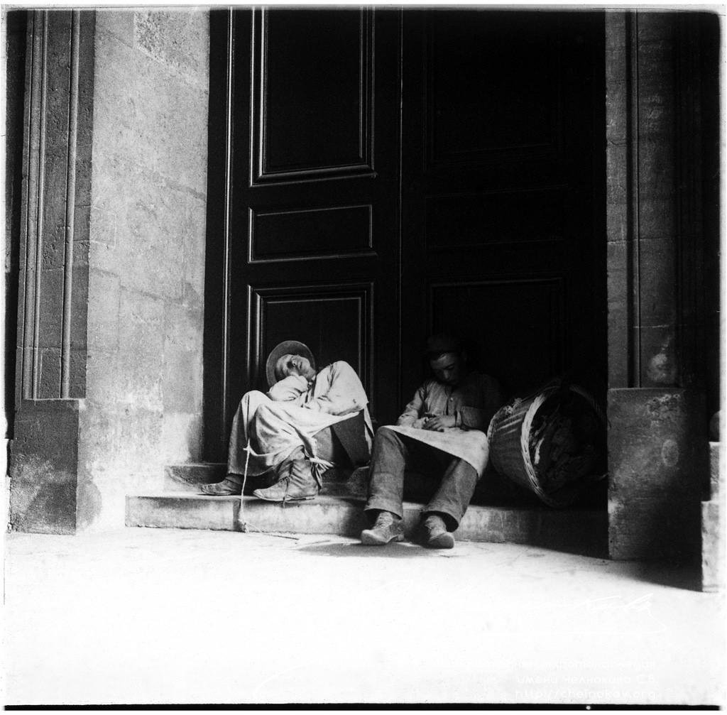Двое мужчин на ступеньках. Сентябрь 1900