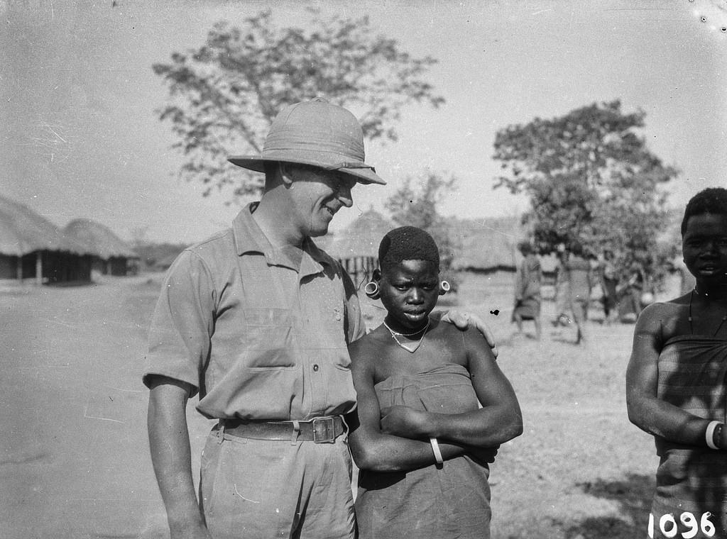 Исока. Пол Либеренц в тропической одежде с двумя местными женщинами