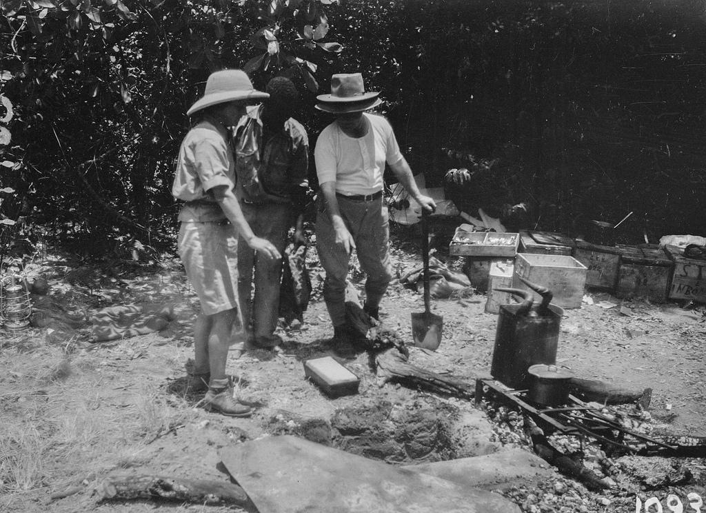 Исока. Три человека в экспедиционном лагере