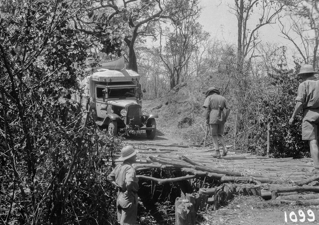 Окрестности Исоки. Участник экспедиции рассматривает мост для пересечения грузовика