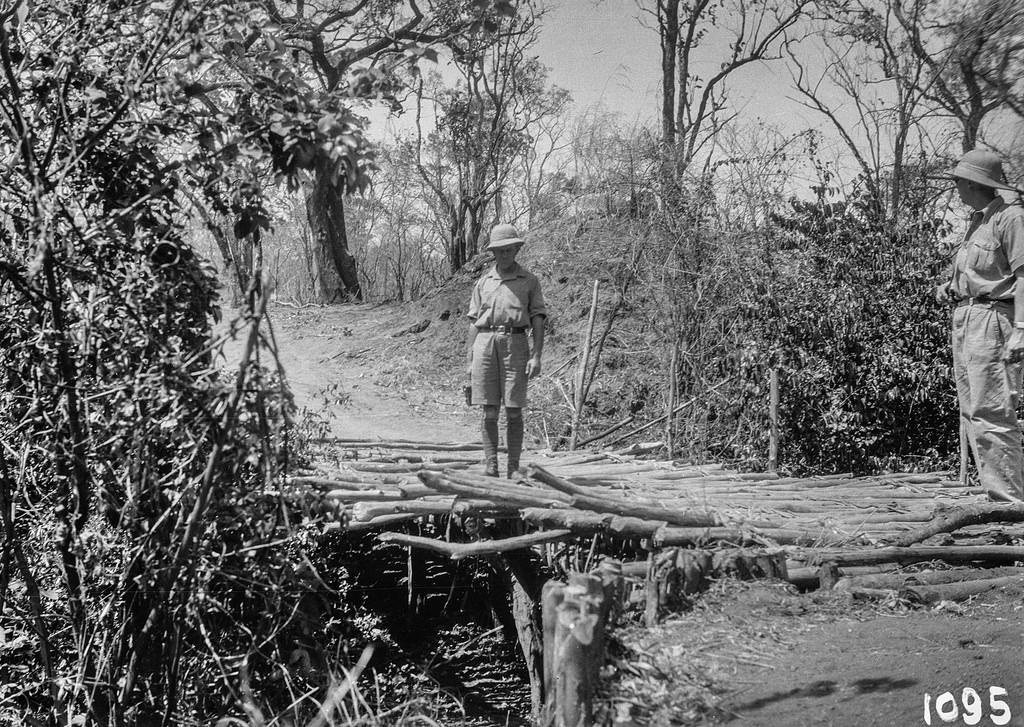 Окрестности Исоки. Два участника экспедиции на деревянном мосту
