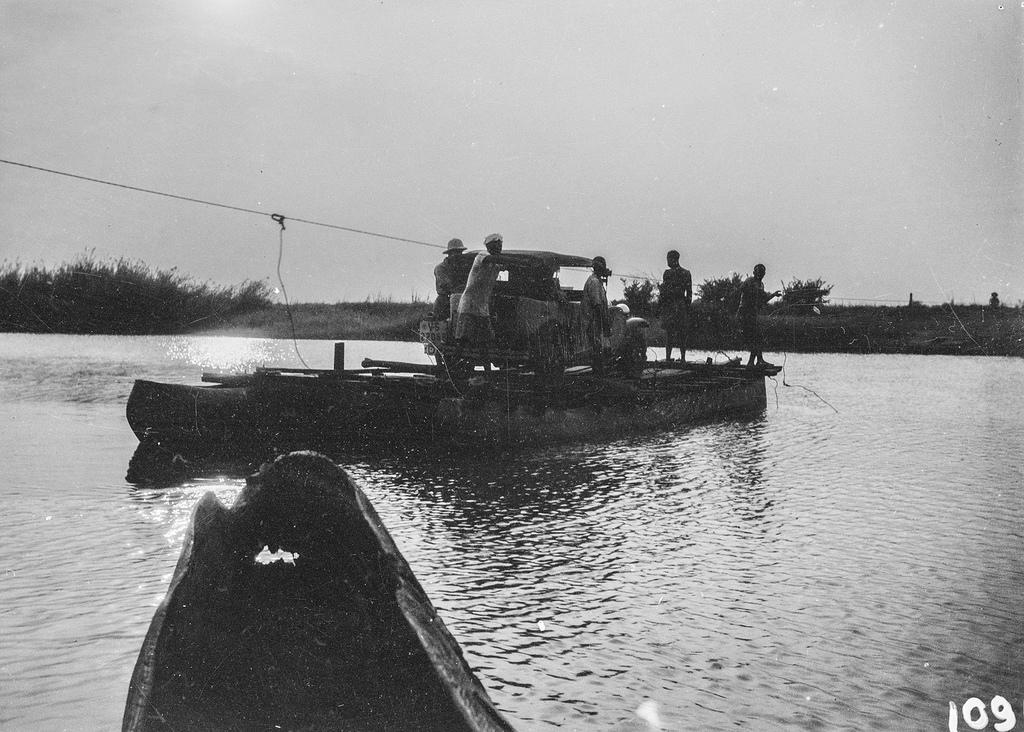 Окрестности Исоки. Плот с экспедиционным автомобилем и людьми на реке