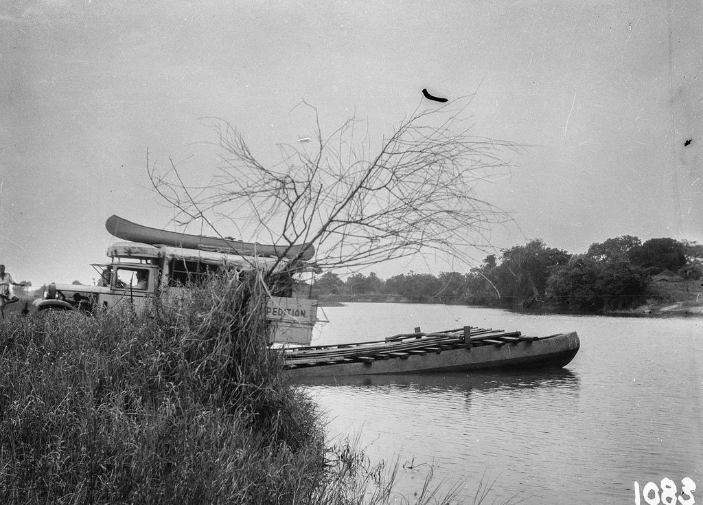 Окрестности Исоки. Вид на речной пейзаж с плотом и грузовиком