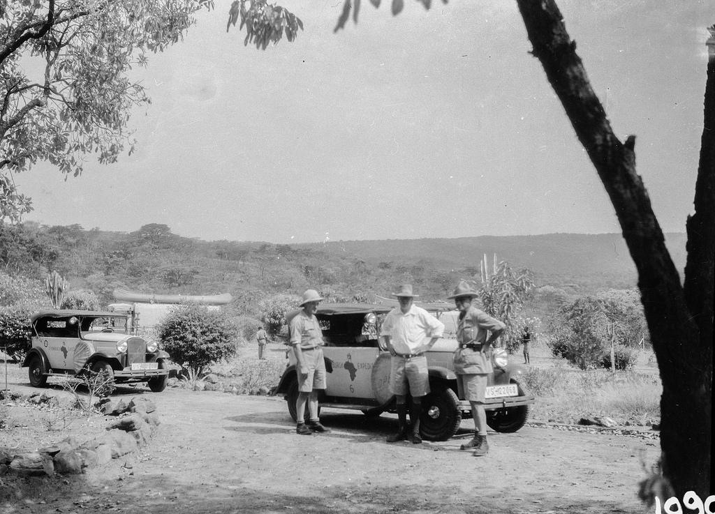 Окрестности Исоки. Три участника экспедиции возле автомобиля по проселочной дороге