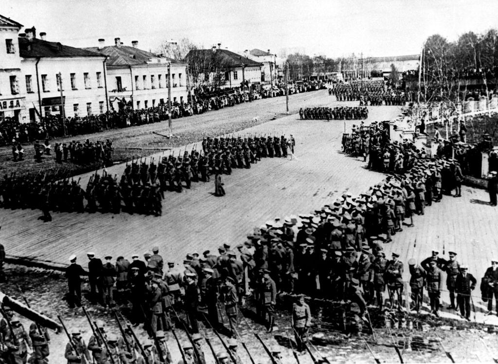 Британские и французские войска во время парада в Архангельске