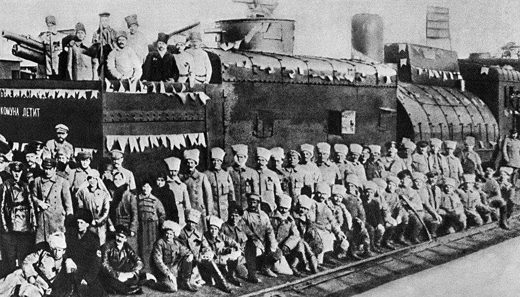 Бронированный поезд, построенный рабочими из Луганска. Климент Ефремович Ворошилов среди команды.