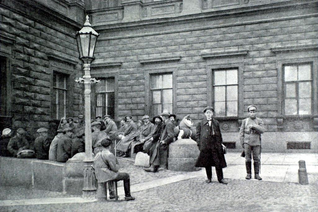 Группа заложников под охраной солдат перед Мариинским дворцом. 26 сентября