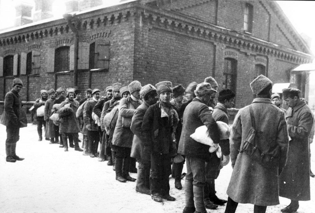 Формирование полка из крестьян во дворе казармы
