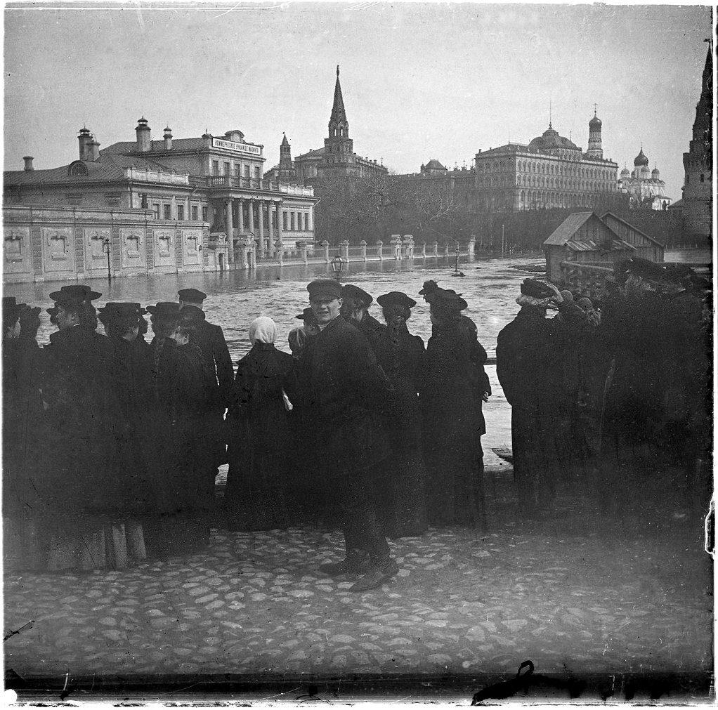 Вода у стен Кремля во время наводнения. 11 апреля 1908