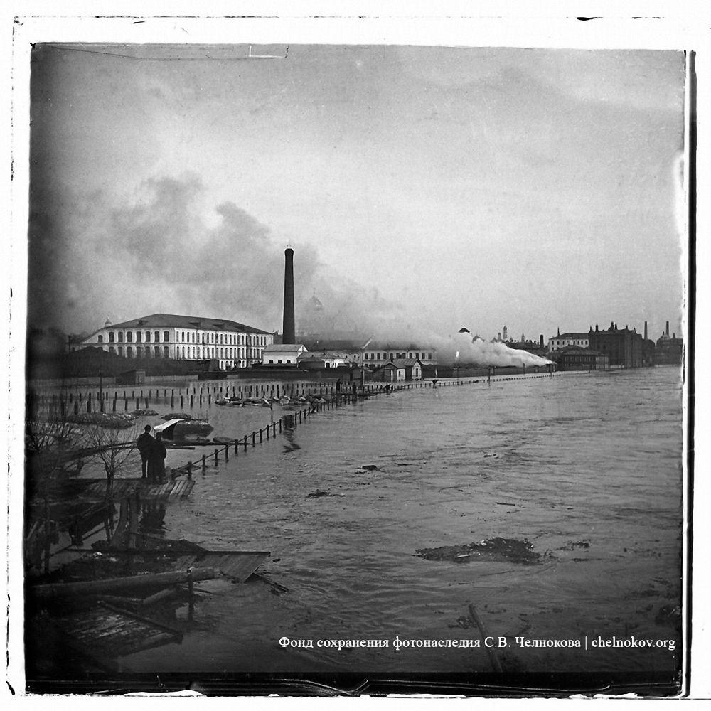 Вид от съезда с Крымского моста на Пречистенскую набережную. Наводнение 10-14 апреля 1908