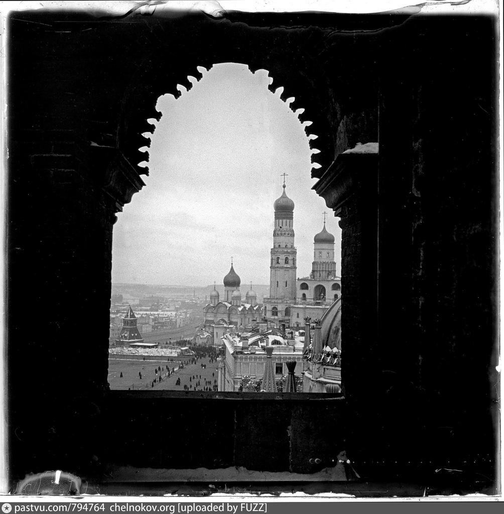 Вид со Спасской башни Московского Кремля на колокольню «Иван Великий»
