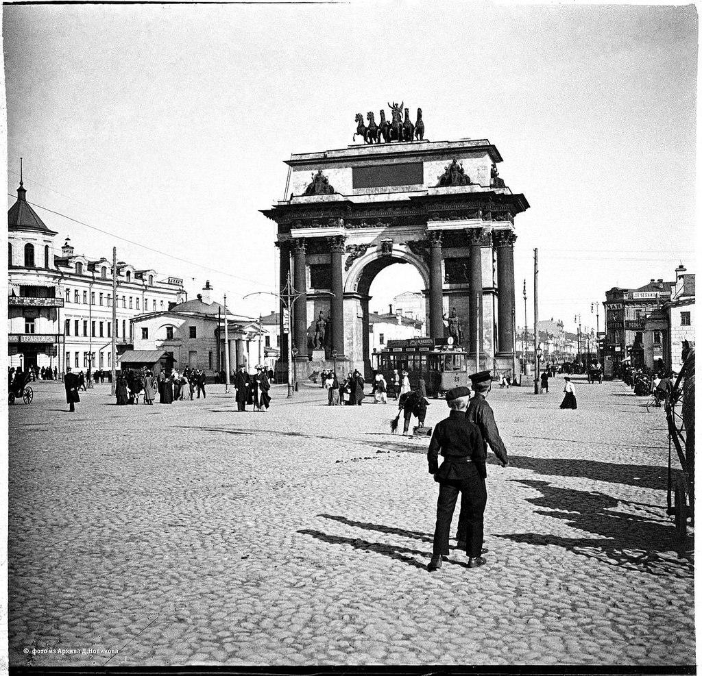 Гимназисты у Триумфальной арки. 1900-е