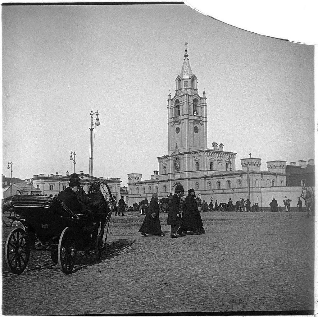 Двуколка перед Страстным монастырем. 1890-е