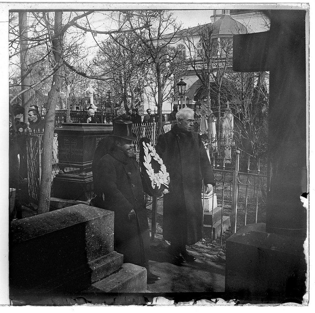 Станиславский и Немирович-Данченко возлагают памятный венок на могилу Н.В. Гоголя к столетию со дня его рождения. 19 марта 1909