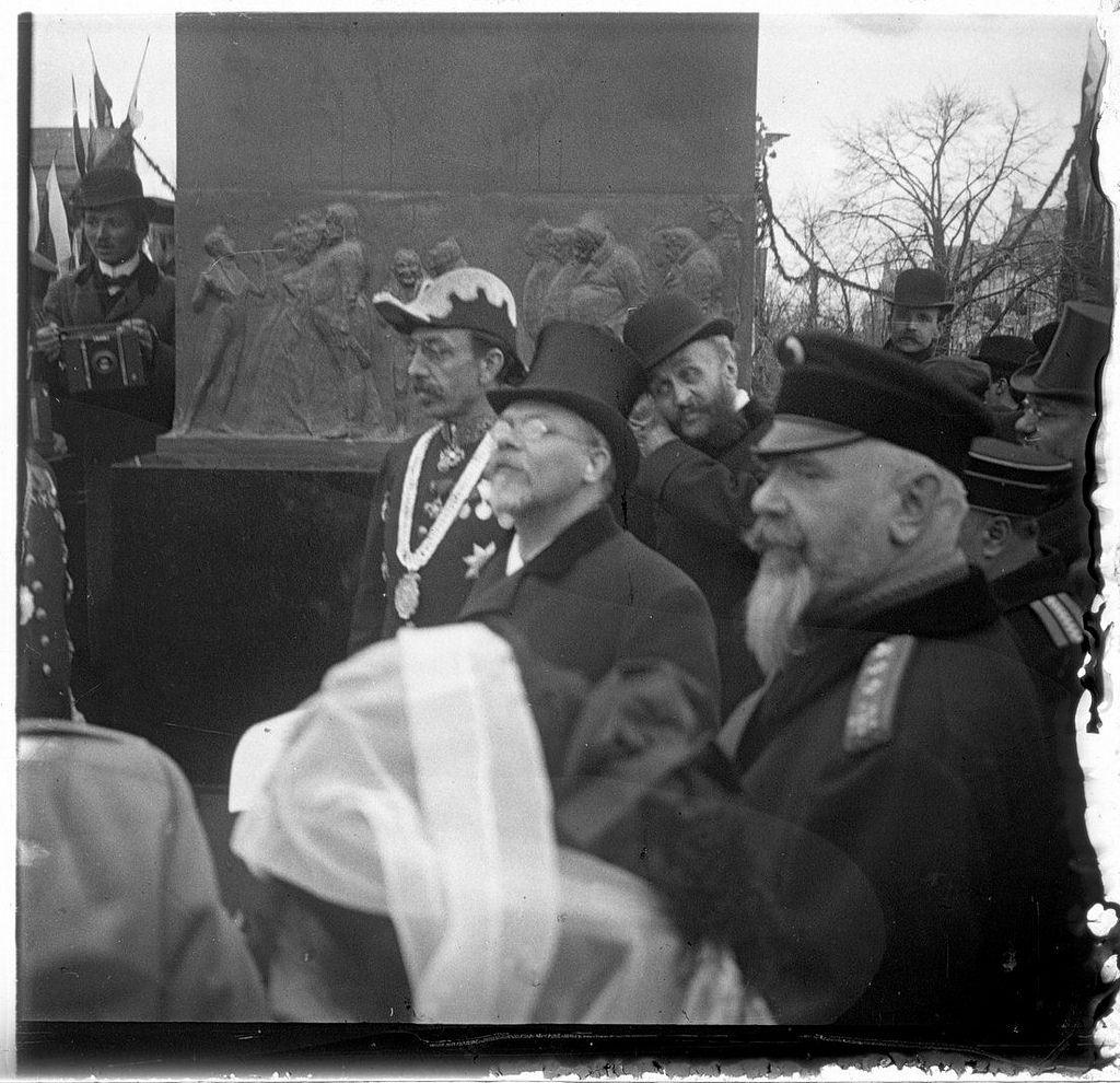 Открытие памятника Н. В. Гоголю. В мундире с медалью Н.И. Гучков  - городской глава. 26 апреля 1909