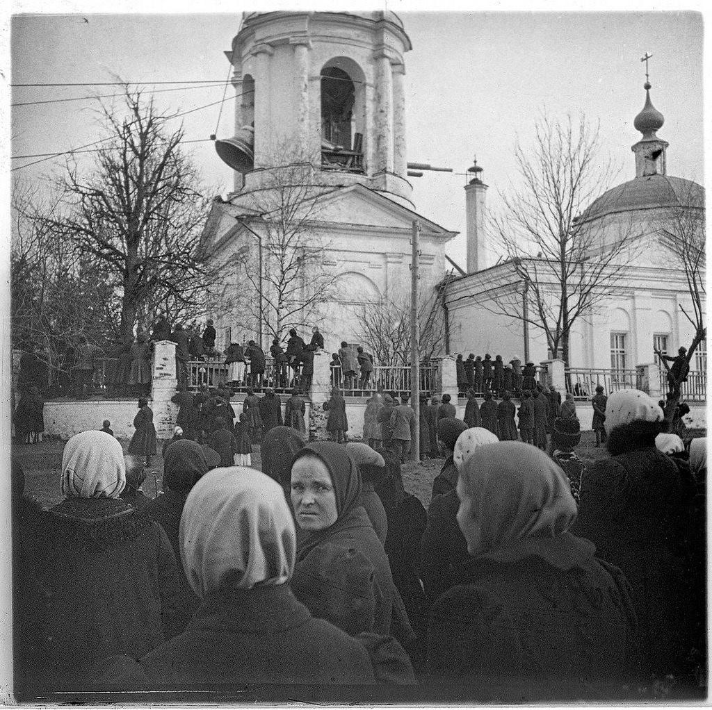 Подъем колокола на колокольню на Владимирской церкви в Мытищах. 1890-е